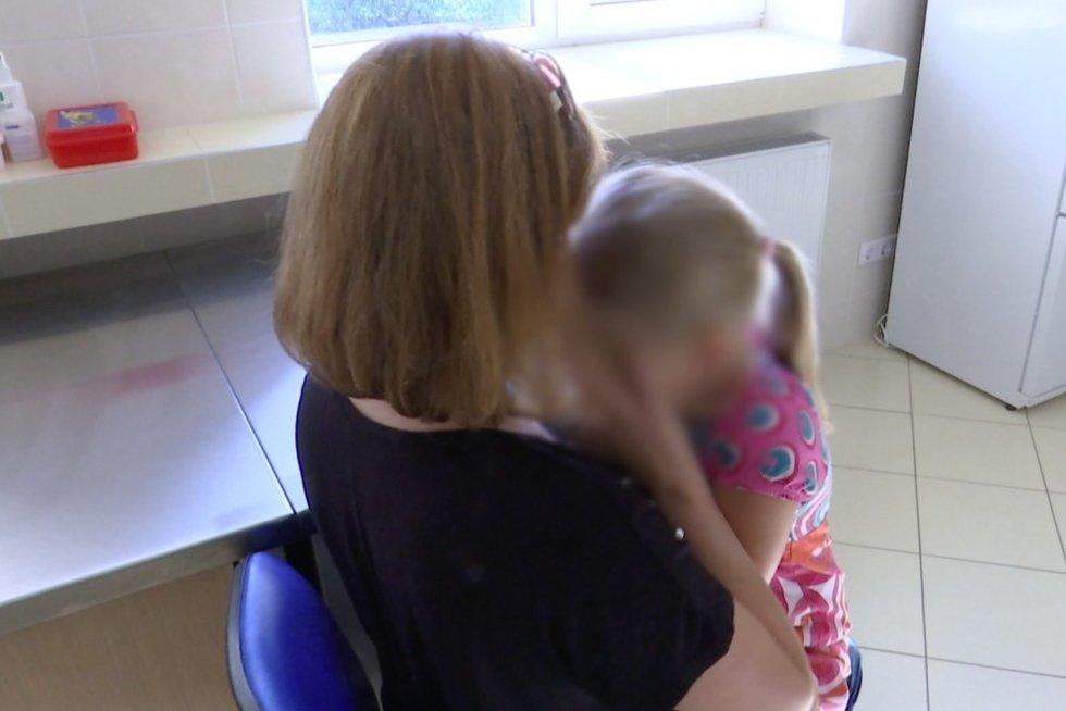 Vaikas ir mama (nuotr. stop kadras)