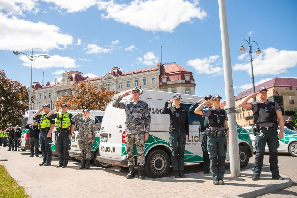 Vilniaus policijos pareigūnai pagerbė nužudytą policininką  (nuotr. Fotodiena/Justino Auškelio)
