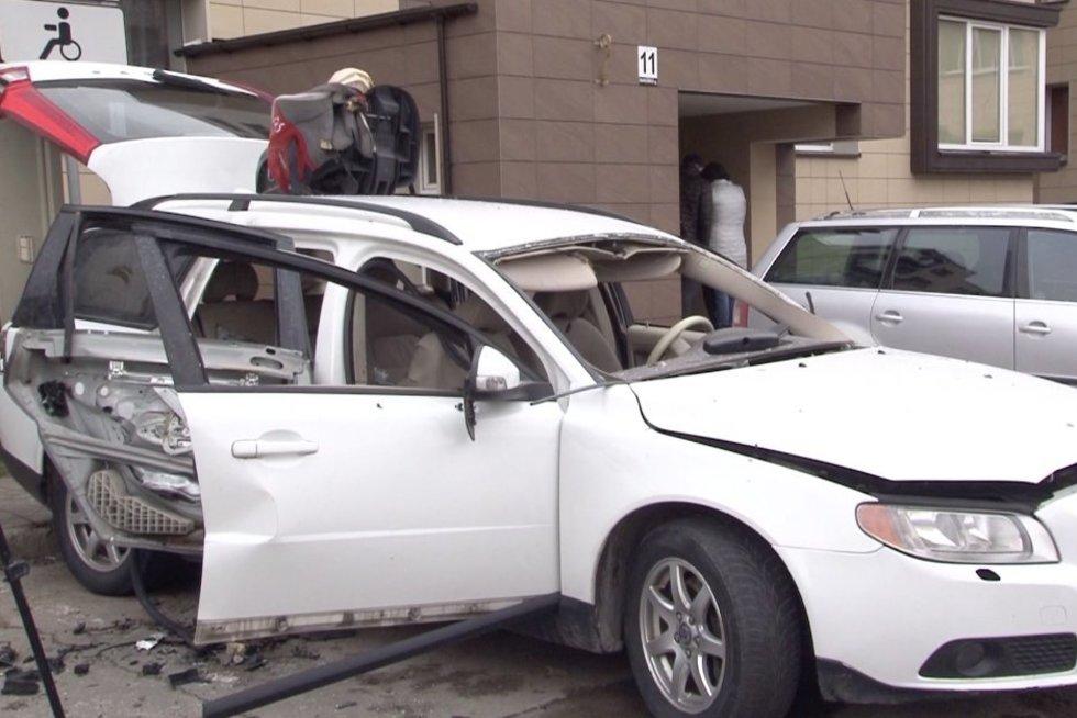 Panevežietė vos išvengė mirties: automobilis kieme susprogdintas jai išvažiuojant (nuotr. stop kadras)