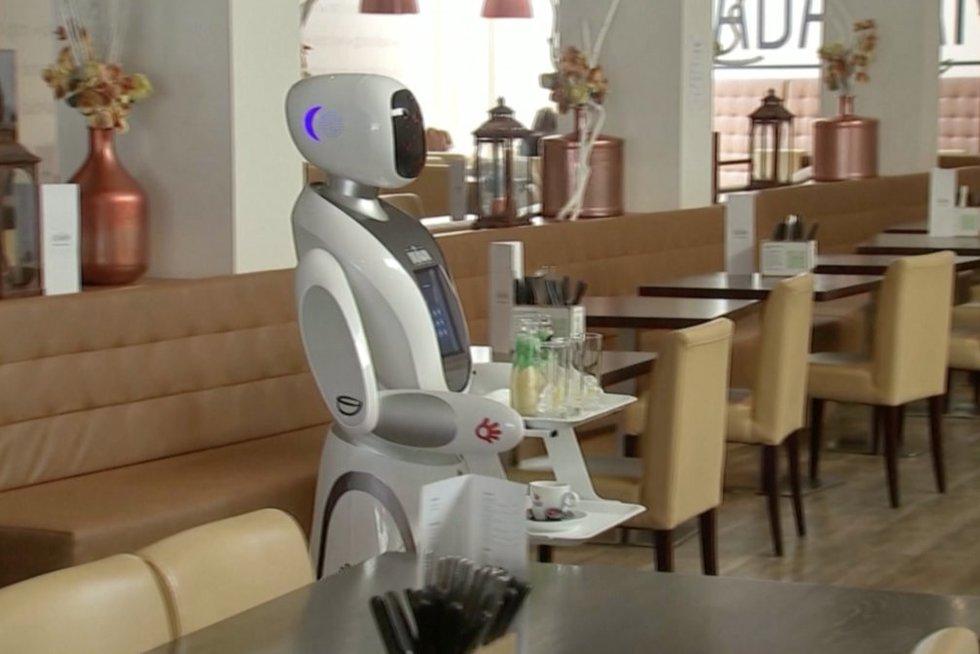 Robotas-padavėjas (nuotr. stop kadras)