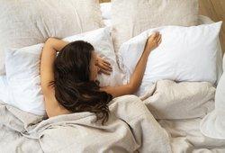 Kai lauke karšta, miegate nuogi? Pasakė, kodėl geriau to nedaryti
