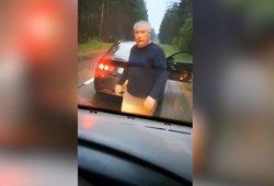 Pavojingas įvykis kelyje – treninguoti asmenys savavališkai sustabdė automobilį