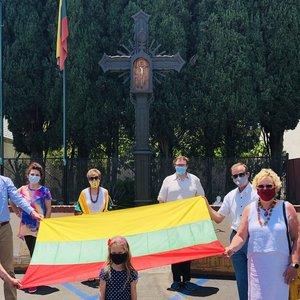 Lietuviai tęsia tradiciją: Tautišką giesmę visa širdimi giedojo Los Andžele