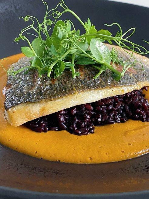 Kepta žuvis su juodaisiais ryžiais ir krevečių padažu