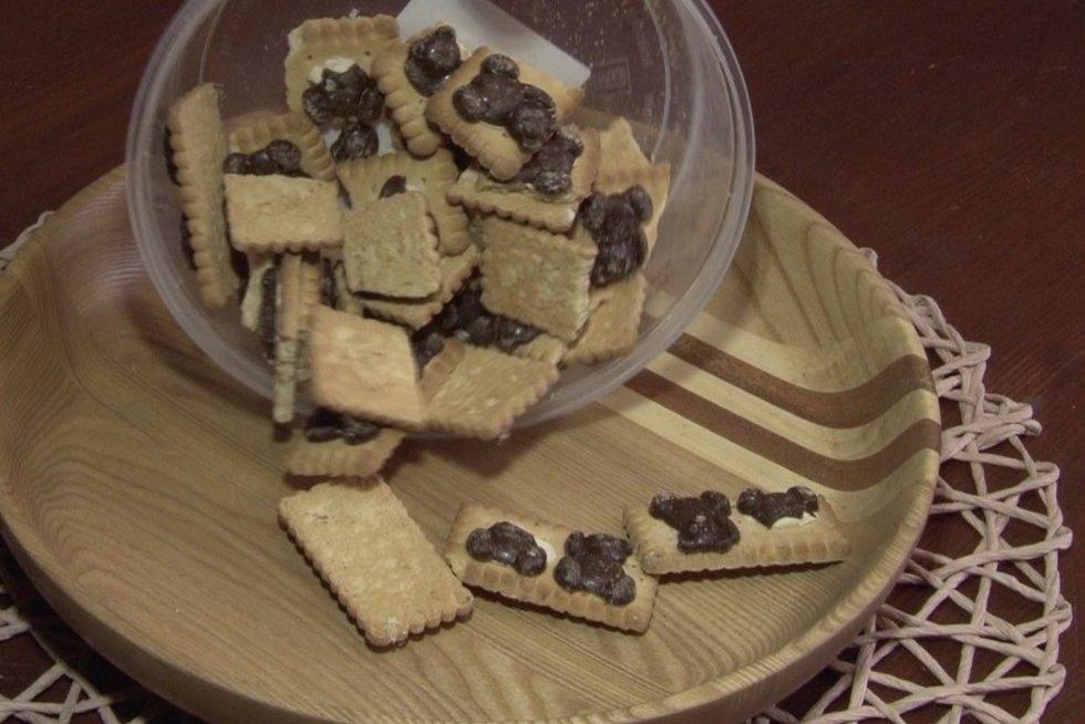Turguje sausainius pirkusi panevėžietė liko priblokšta: maišelyje rado kirmėlių (nuotr. stop kadras)