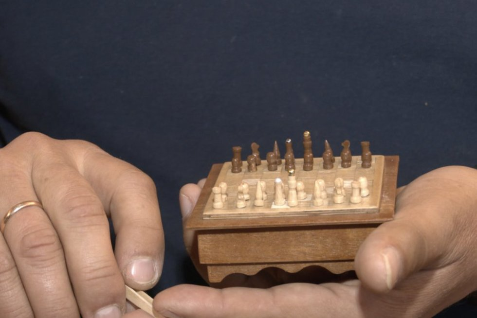 Menininkas iš Palangos stebina savo kūryba: sukūrė miniatiūrinių daiktų kolekciją (nuotr. stop kadras)