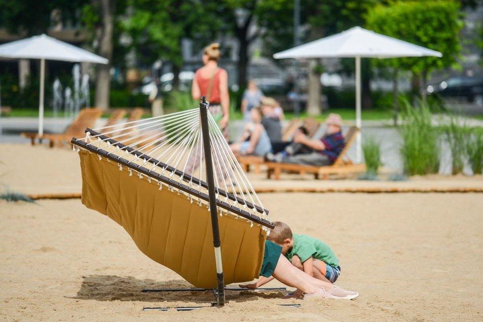 Vilniuje atidaromas pliažas Lukiškių aikštėje (nuotr. Fotodiena/Justino Auškelio)