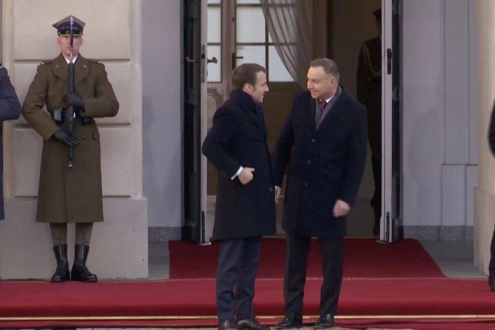 E. Macronas lankosi Lenkijoje (nuotr. stop kadras)