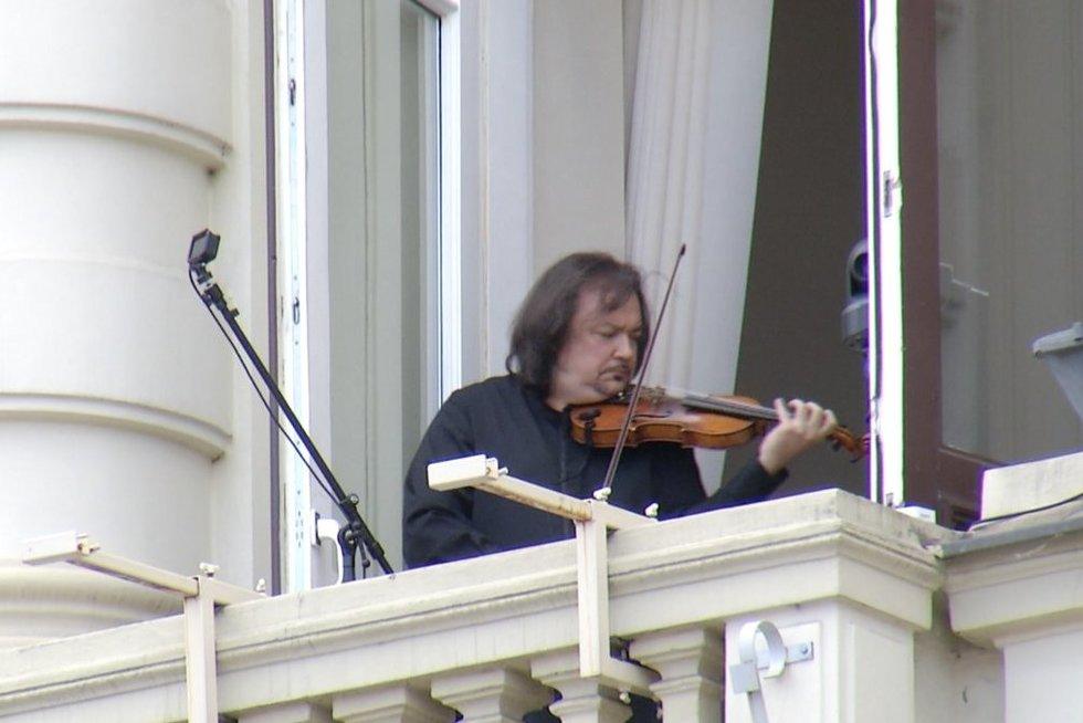 Sostinės senamiesčio balkone koncertą surengė pasaulinio lygio virtuozas (nuotr. stop kadras)