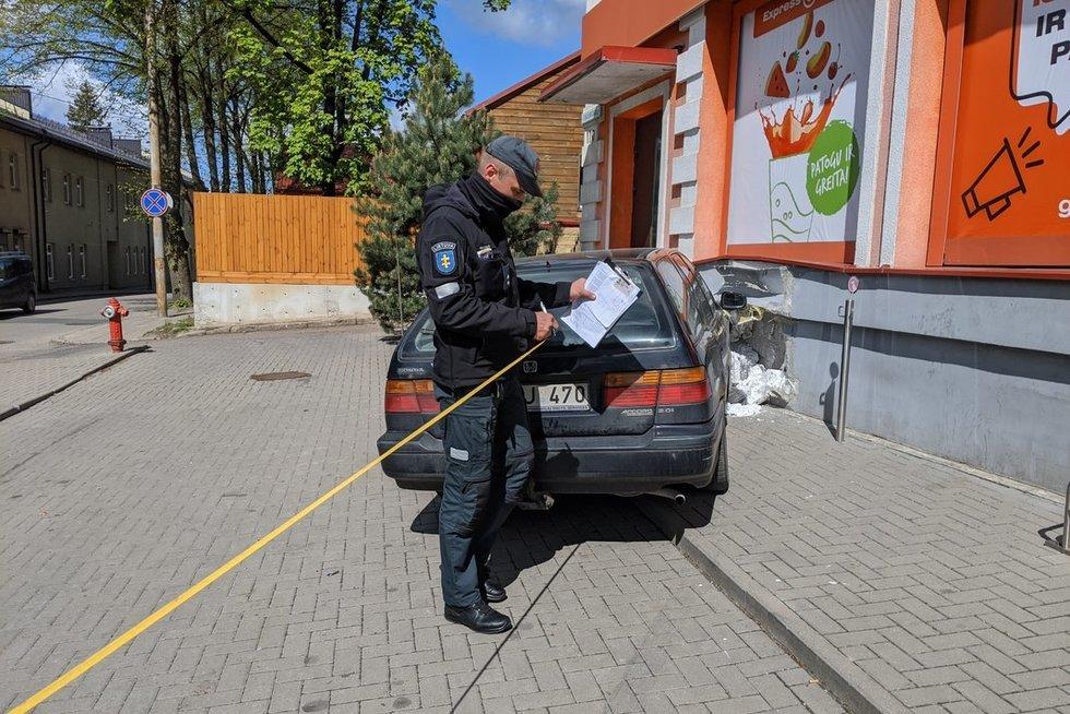 Nelaimė Vilniuje: automobilis partrenkė ant suoliuko sėdėjusį žmogų (nuotr. Broniaus Jablonsko)