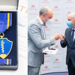 Veryga savo kurtais medaliais apdovanojo su koronavirusu kovojusius medikus