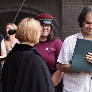 Vilniaus universiteto absolvento rankose – diplomas Brailio raštu