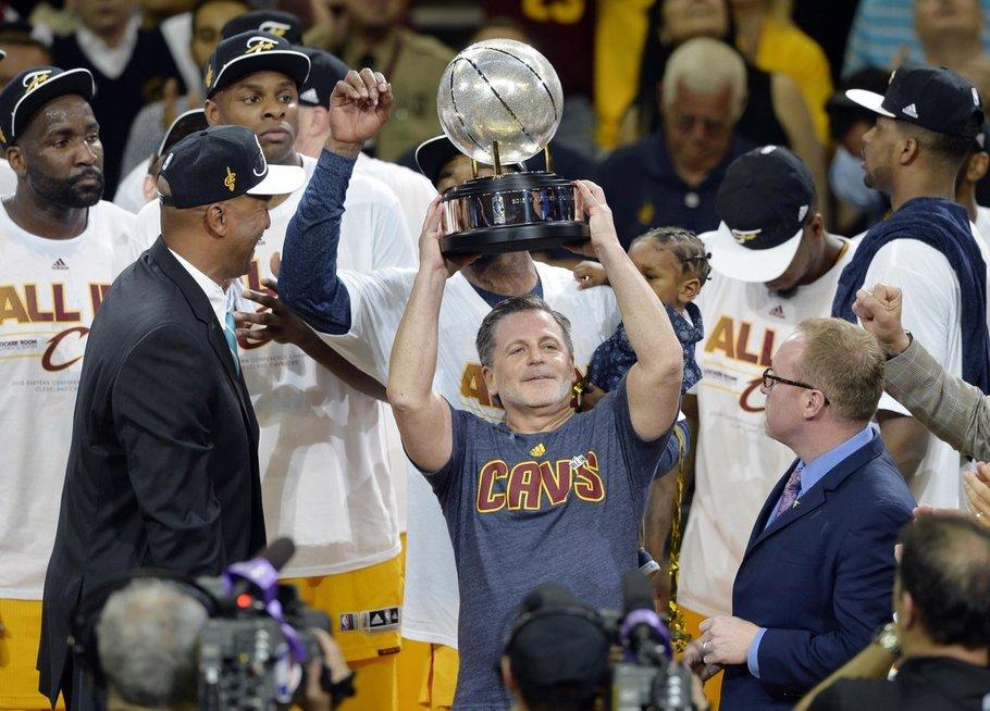 """Prieš 2 metus su """"Cavs"""" NBA čempionų tapęs Danas Gilbertas priverstas nusileisti ant žemės (nuotr. SCANPIX)"""