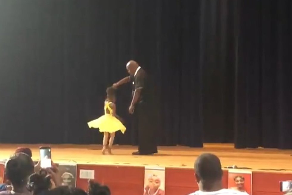 Milijonai negali atsigrožėti tėčio gestu dukros koncerte (nuotr. stop kadras)