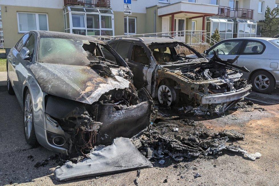 Pilaitėje sudeginti du automobiliai, dar vienas - apdegė (nuotr. Broniaus Jablonsko)