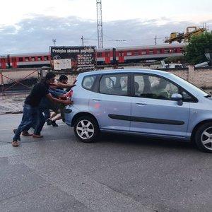 Vilniuje susidūrė du automobiliai, vienas jų rėžėsi į tvorą