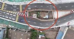 Valdžia nutiesė greitkelio tiltą aplink mažą namą, kai užsispyrusi savininkė atsisakė išsikelti