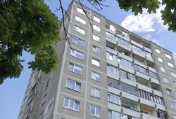 Aiškėja, kaip pro langą Radviliškyje iškrito dvimetė: tėvas teigia, kad balkonas galėjo atsidaryti pats