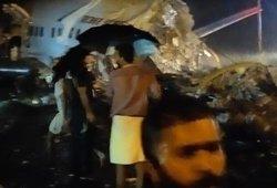 """Sudužo """"Air India Express"""" lėktuvas su beveik 200 keleivių, skaičiuojami žuvusieji"""