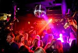 Covid-19 nustatytas populiariame sostinės klube: lankytojus ragina kreiptis į specialistus