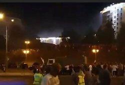 Susirėmimai Minske: milicijos sunkvežimis įvažiavo į protesto dalyvių minią