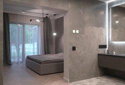 Interjero dizainerė įsileido į savo namus: miegamąjį sujungė su vonios kambariu