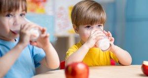 Vaikas geria pieną (nuotr. 123rf.com)