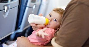Vaikas lėktuve (nuotr. 123rf.com)