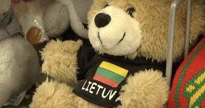 Vasario 16-tosios proga lietuviai šluoja atributiką: nuo didžiulių trispalvių iki pakabukų (nuotr. stop kadras)