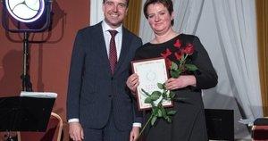 Garbės donorė Genutė Milnikovienė iš Nereikonių kaimo su Nacionalinio kraujo centro direktoriumi Daumantu Gutausku. Nacionalinio kraujo centro nuotrauka