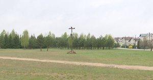 Nuvertė kryžių Balsiuose (nuotr. stop kadras)