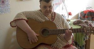 Eglė Staniūnaitė, buvusi muzikos mokytoja, globos namuose gyvena jau 17 metų. (Nijolės Zenkevičiūtės nuotr.)