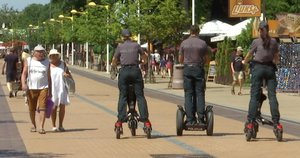 J. Basanavičiaus gatvėje patruliuoti su riedžiais gali tik policijos pareigūnai. (nuotr. TV3)