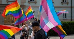 LGBT bendruomenė piketuoja po Nausėdos langais (nuotr. Fotodiena.lt)