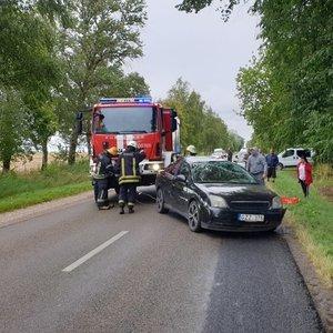"""Avarija Šakių rajone: nesuvaldytas """"Opelis"""" vertėsi ir nulėkė į griovį"""