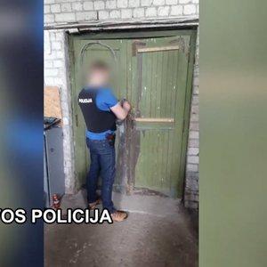 """Klaipėdos rajone policija fabrike rado padirbtus """"Mercedes"""" gaminius"""