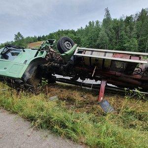 Avarija netoli Vilniaus: apsivertė sunkvežimis