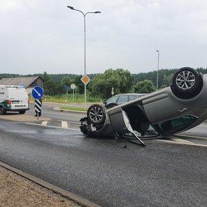 Avarija Vilniuje – girtas vairuotojas išvertė stulpą ir apsivertė ant stogo