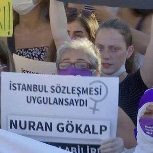 Moterys išėjo į gatves: Turkijoje joms – mažiau apsaugos dėl smurto artimoje aplinkoje