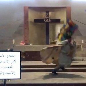 Pamaldų metu – sprogimas: pradėjus viskam griūti, kunigui teko bėgti