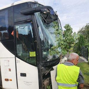 Širvintų rajone į namo sieną trenkėsi autobusas