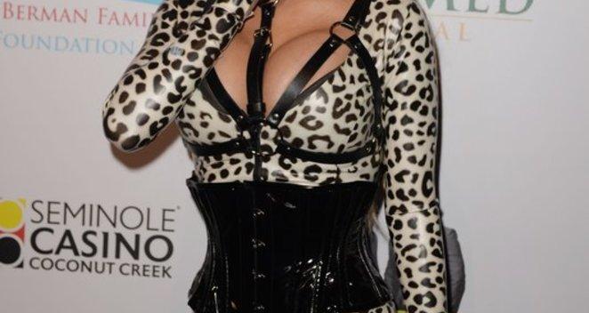 Kvaišalai, policija, skandalais lydimas gyvenimas – Carmen Electra stebina pokyčiais