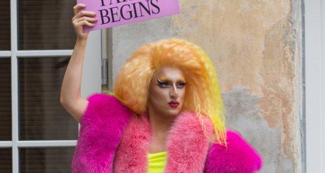 """Alen Chicco koncerto proga  – """"queer"""" kūrėjai į gatvės išėjo su plakatais, kurie kviečia į gyvenimą pažvelgti atviriau"""