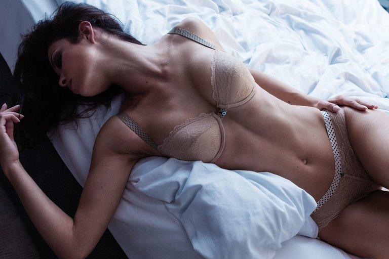 Moteris lovoje (nuotr. 123rf.com)
