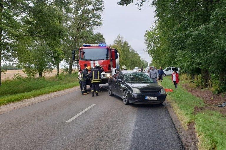 """Avarija Šakių rajone: nesuvaldytas """"Opelis"""" vertėsi ir nulėkė į griovį  (nuotr. Raimundo Maslausko)"""