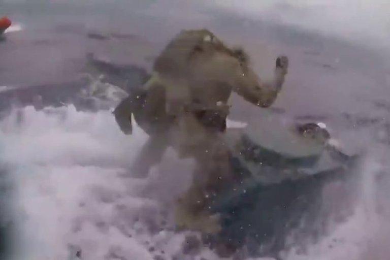 Tokių vaizdų pamatysite tik kine: amerikiečių komandosai prieš povandeninį laivą (nuotr. Gamintojo)