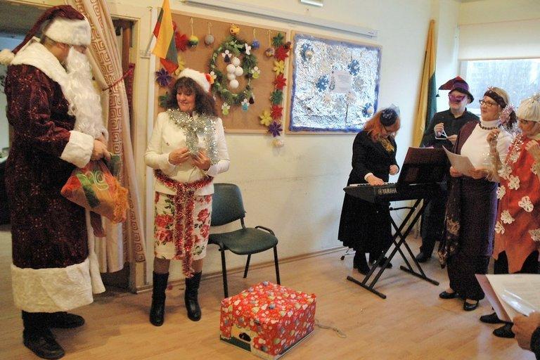 VšĮ Pagalbos ir informacijos šeimai tarnybos lankytojai ypač džiaugėsi Kalėdų seneliu (Linos Jakubauskienės nuotr.)