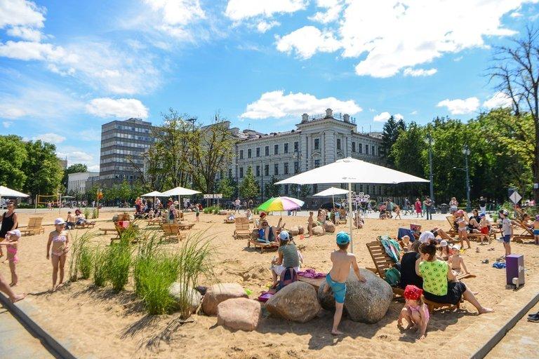 Pliažas Vilniaus Lukiškių aikštėje (nuotr. Fotodiena/Justino Auškelio)