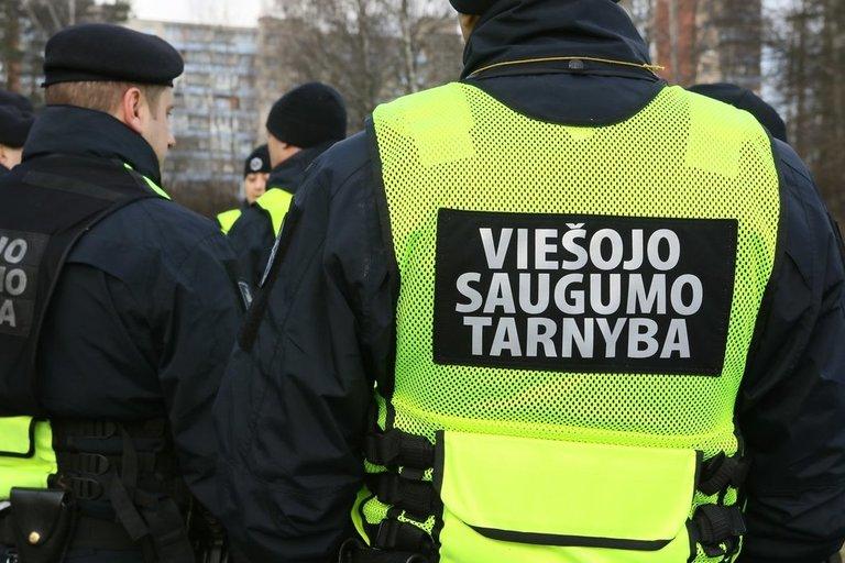 """Viešojo saugumo tarnybos pareigūnai vykdo pagrobtos mergaitės paiešką """"Pasakų parke"""" (nuotr. Broniaus Jablonsko)"""