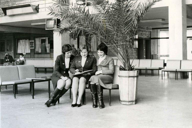 Lėktuvų palydovės su instruktore aptaria mokymų rezultatus. Iš kairės: Rita Tučiūtė, instruktorė Janina Artiškevičienė, Lina Marinskaja apie 1977 metus (nuotr. Lietuvos aviacijos muziejaus)